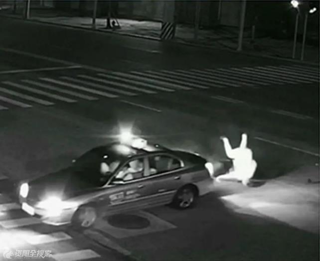 资阳一出租车与电动车相撞,电动车驾驶人未戴头盔受伤